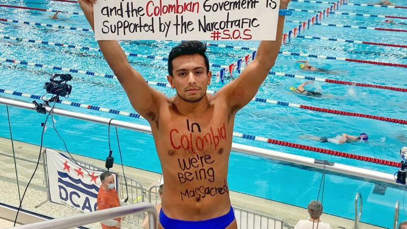 El campeón sudamericano de natación, Jorge Iván del Valle, protesta contra el Gobierno colombiano durante un torneo en EU