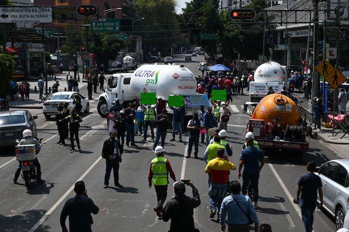 Videos  Detienen al que aventó gas LP de una pipa a policías en una protesta de comisionistas; autoridades capitalinas les responden: no habrá alza de precios