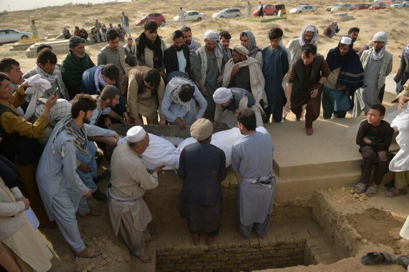 Hasta cien fallecidos podría haber por atentado del Estado Islámico contra mezquita chiita en Afganistán; sepultan a 62