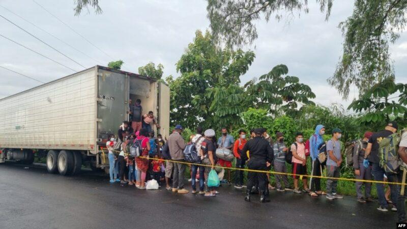Encuentran a 126 migrantes en su mayoría haitianos abandonados dentro de un contenedor en Guatemala